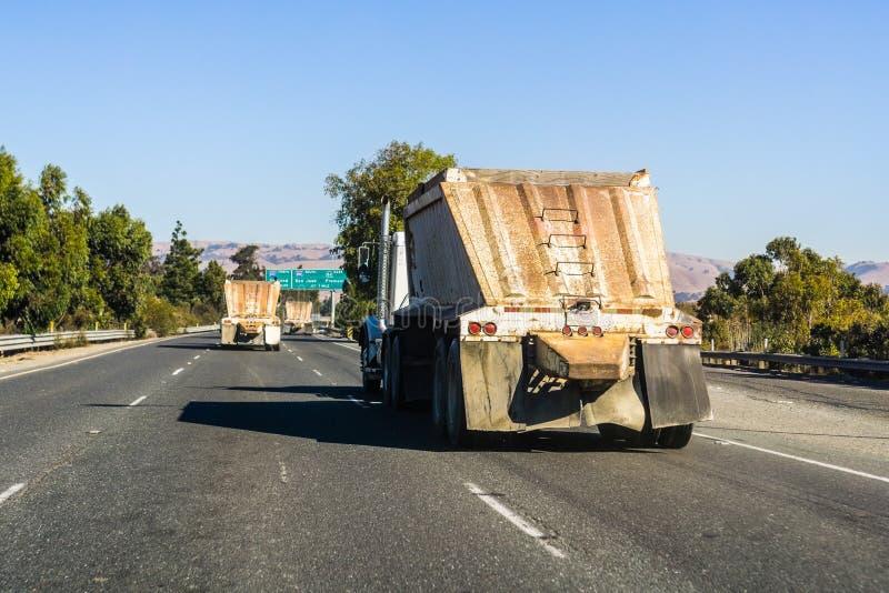 Vrachtwagen die grondstoffen vervoeren stock foto's