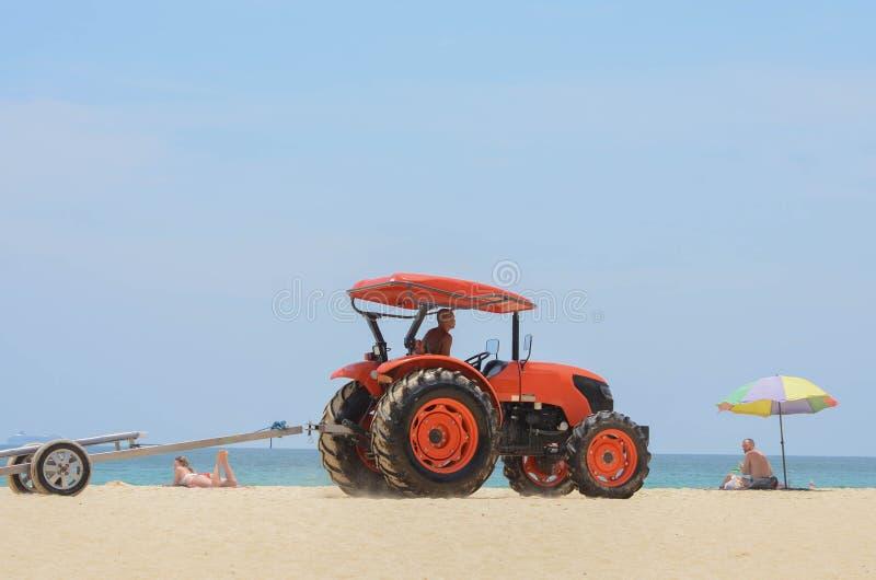Vrachtwagen die grote boot dragen die op het mooie tropische strand lopen stock foto's