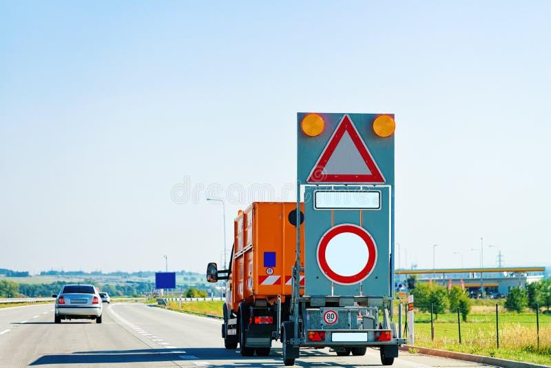 Vrachtwagen die lege driehoek en de lege verkeersteken van het cirkelverkeer dragen royalty-vrije stock foto's