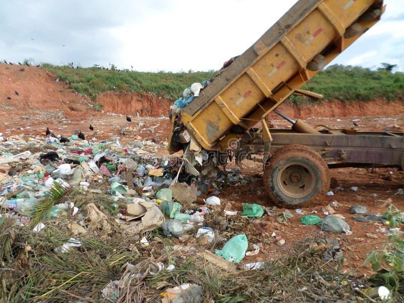 Vrachtwagen die stevig afvalhuisvuil lossen stock foto's