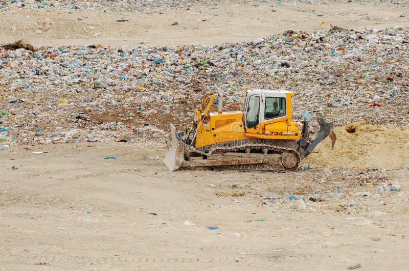 Vrachtwagen die in stortplaats met vogels werken die voedsel zoeken Huisvuil op de stadsstortplaats Grondverontreiniging Milieuvr royalty-vrije stock foto's