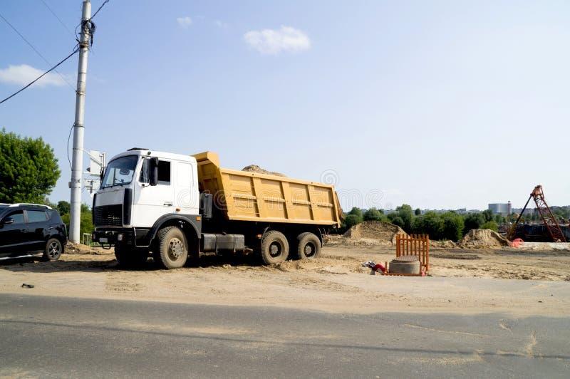 Vrachtwagen die zand op een bouwwerf vervoeren royalty-vrije stock foto