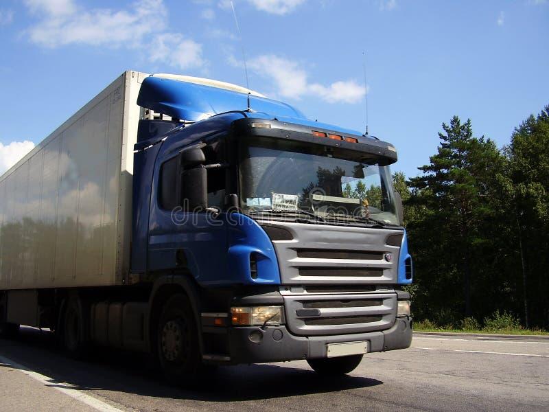 Vrachtwagen door weg stock afbeelding