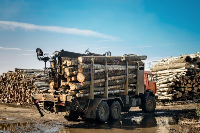 Vrachtwagen dragend hout stock foto's