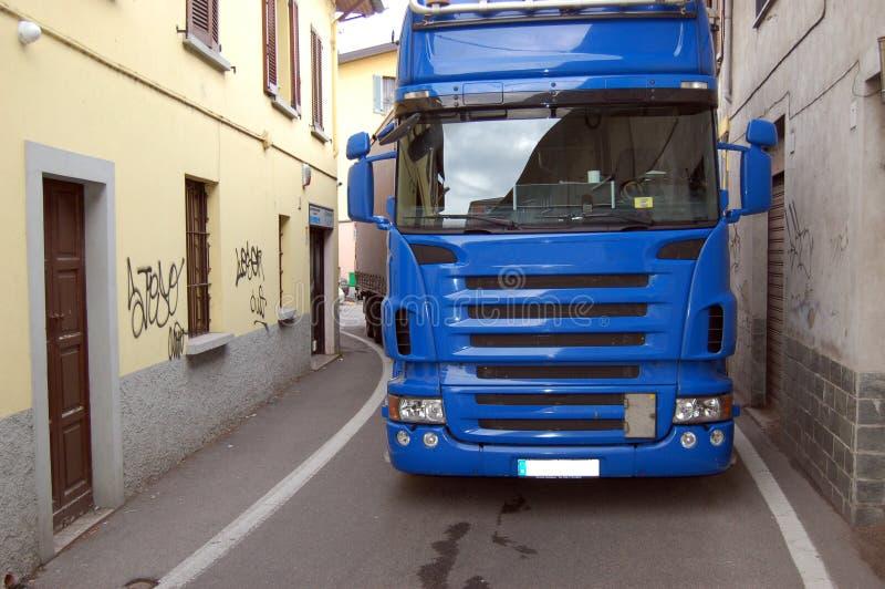 Vrachtwagen in een smalle weg royalty-vrije stock afbeeldingen