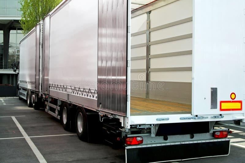 Vrachtwagen en aanhangwagen royalty-vrije stock afbeelding
