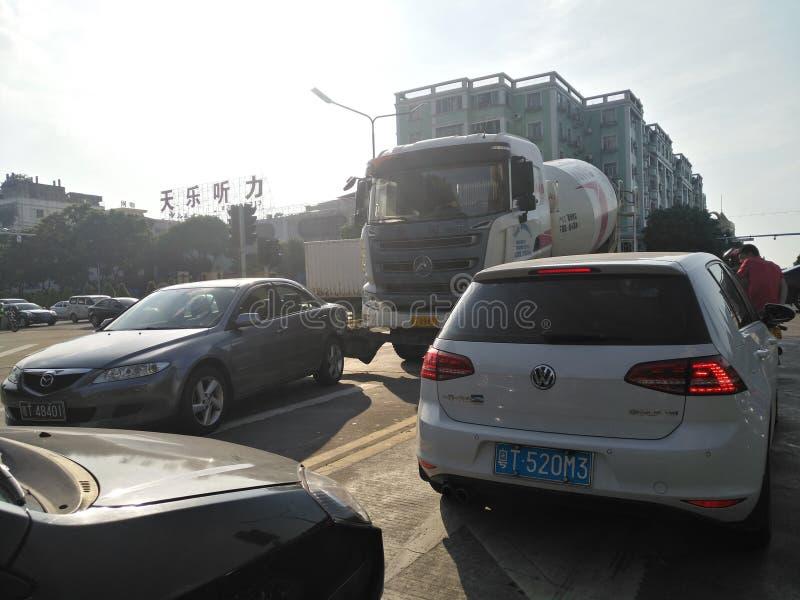 Vrachtwagen en auto in een verkeersongeval wordt verpletterd op de weg die stock foto's