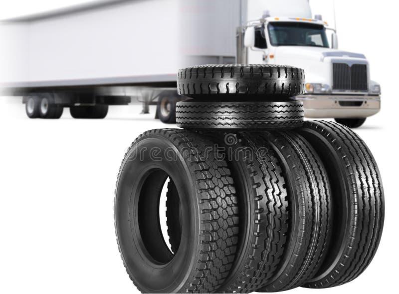 Vrachtwagen en banden. stock afbeelding