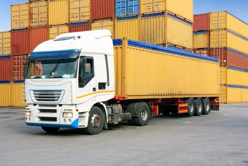 Vrachtwagen en containers stock foto
