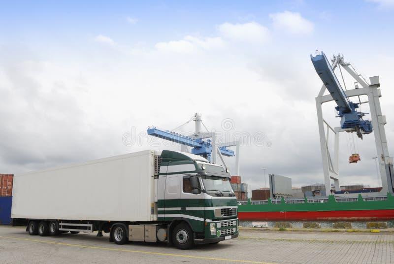 Vrachtwagen in haven die op lading wacht stock fotografie