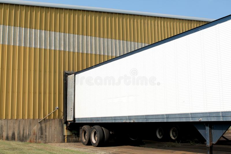Vrachtwagen in ladingsdok stock afbeeldingen