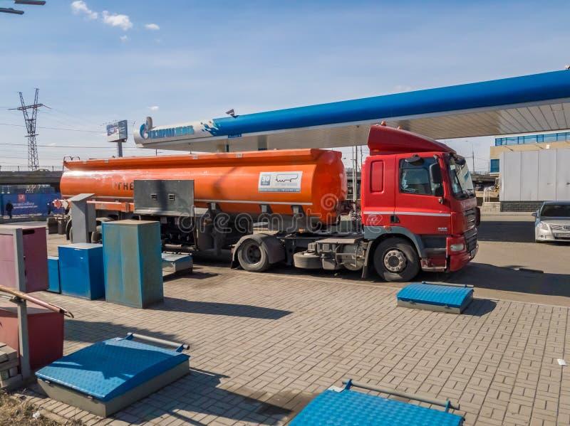 Vrachtwagen met brandstof bij het benzinestation stock afbeelding
