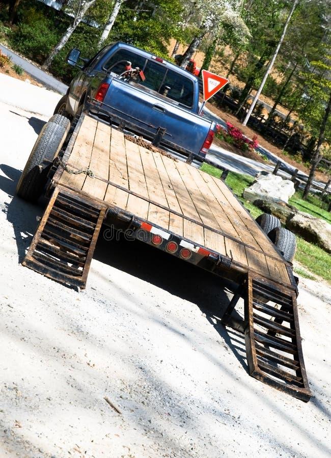 Vrachtwagen met de Aanhangwagen van de Apparatuur stock afbeelding