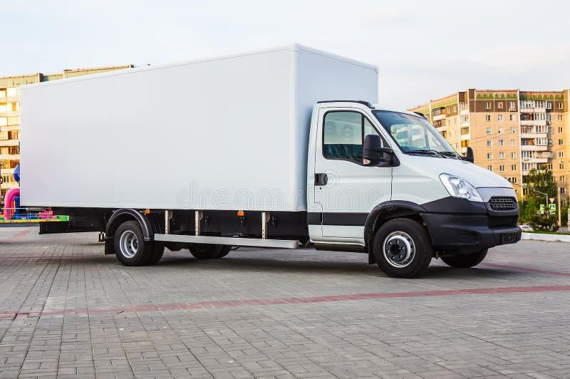 Download Vrachtwagen Met Een Container In Een Woonwijk Van De Stad Stock Foto - Afbeelding bestaande uit doos, hemel: 107703420