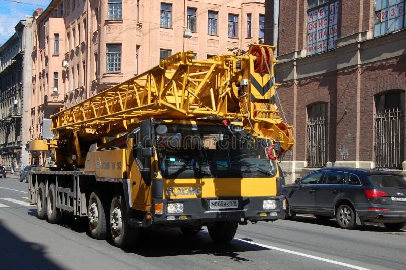 Vrachtwagen met een lift stock afbeeldingen