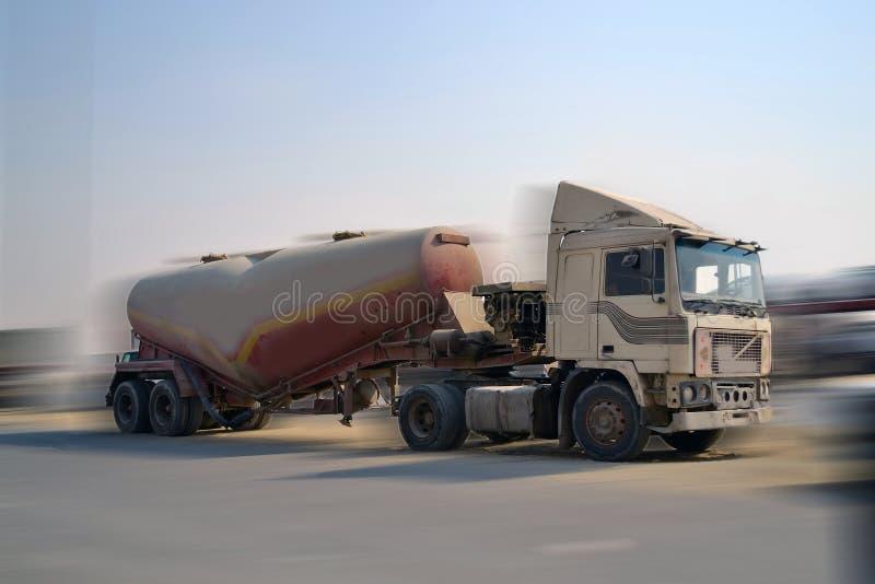 Vrachtwagen met het vertroebelen van manier royalty-vrije stock afbeelding