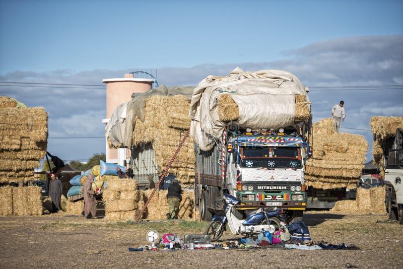 Vrachtwagen met hooi bij de markt