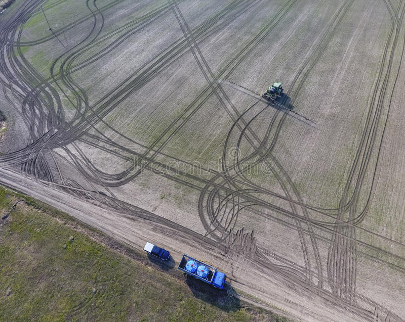 Vrachtwagen met pesticidetanks voor het opnieuw vullen van de neveltractor Tractor met scharnierend systeem om pesticiden te besp stock fotografie