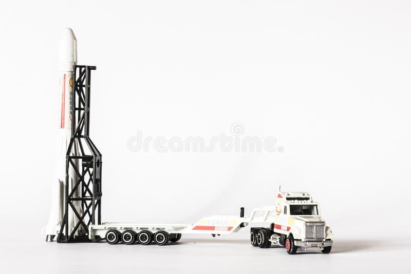 Vrachtwagen met raket in het lanceerplatform royalty-vrije stock foto's