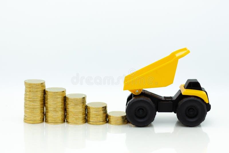 Vrachtwagen met stapel van muntstukken Beeldgebruik voor investering, voordeel, bedrijfs achtergrondconcept stock foto's