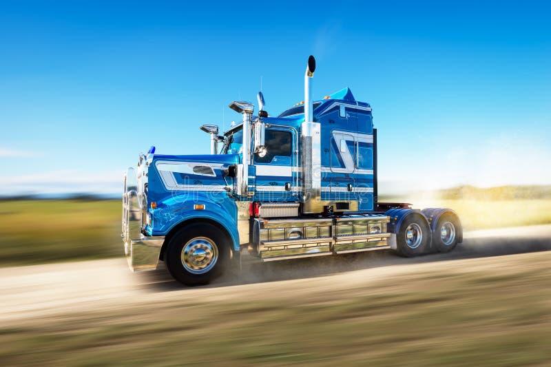 Vrachtwagen op de weg met snelheidsonduidelijk beeld royalty-vrije stock afbeeldingen