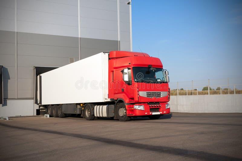 Vrachtwagen op pakhuis stock afbeelding