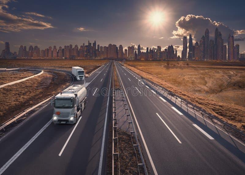 Vrachtwagen op snelweg met moderne horizon op achtergrond royalty-vrije stock foto's