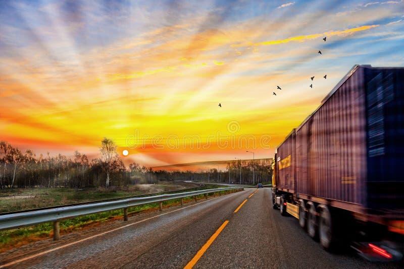 Vrachtwagen op weg stock afbeeldingen
