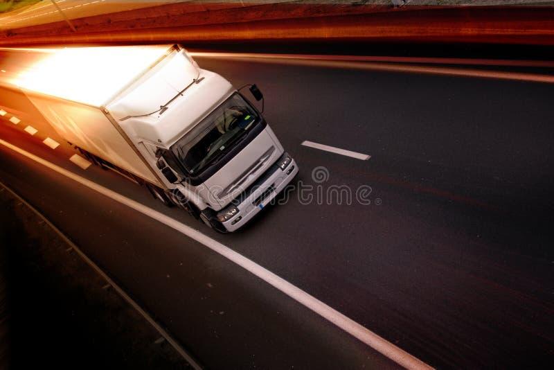 Vrachtwagen op weg stock fotografie
