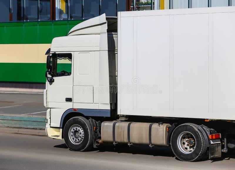 Download Vrachtwagen Op Weg Dichtbij Winkel Stock Afbeelding - Afbeelding bestaande uit nieuw, tijd: 107703159