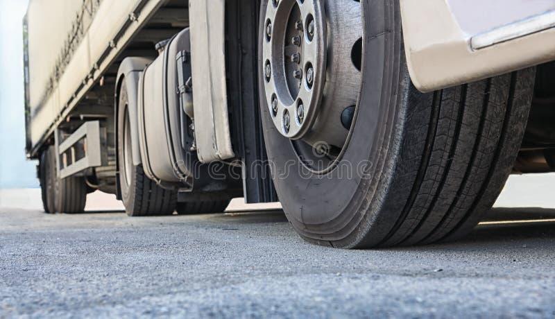 Vrachtwagen op wegclose-up stock afbeeldingen
