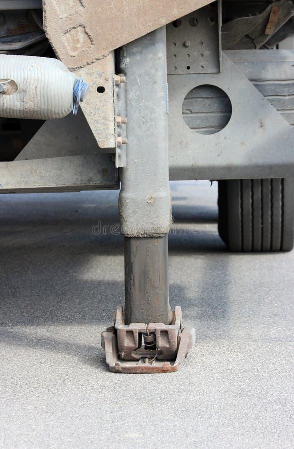 Vrachtwagen sterke kraanbalk het stabiliseren uitgebreide benen Werkend been van een aanhangwagen royalty-vrije stock afbeelding