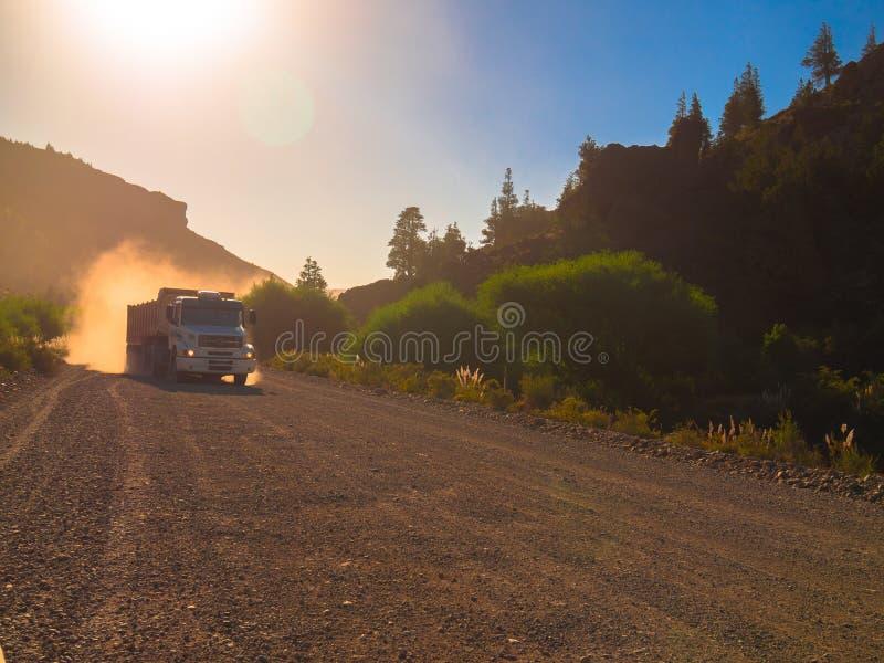 Vrachtwagen in stofweg stock afbeelding