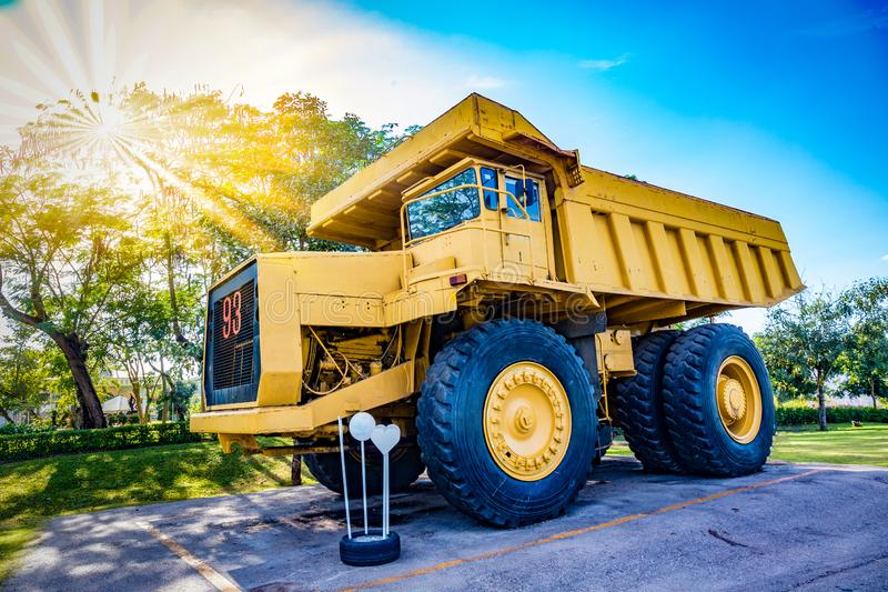 Vrachtwagen van de zonsondergang de Gele Mijnbouw stock fotografie