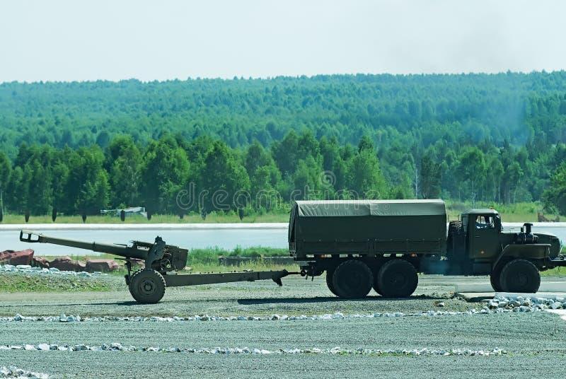 Vrachtwagen van het leger vervoerden een kanon stock afbeelding