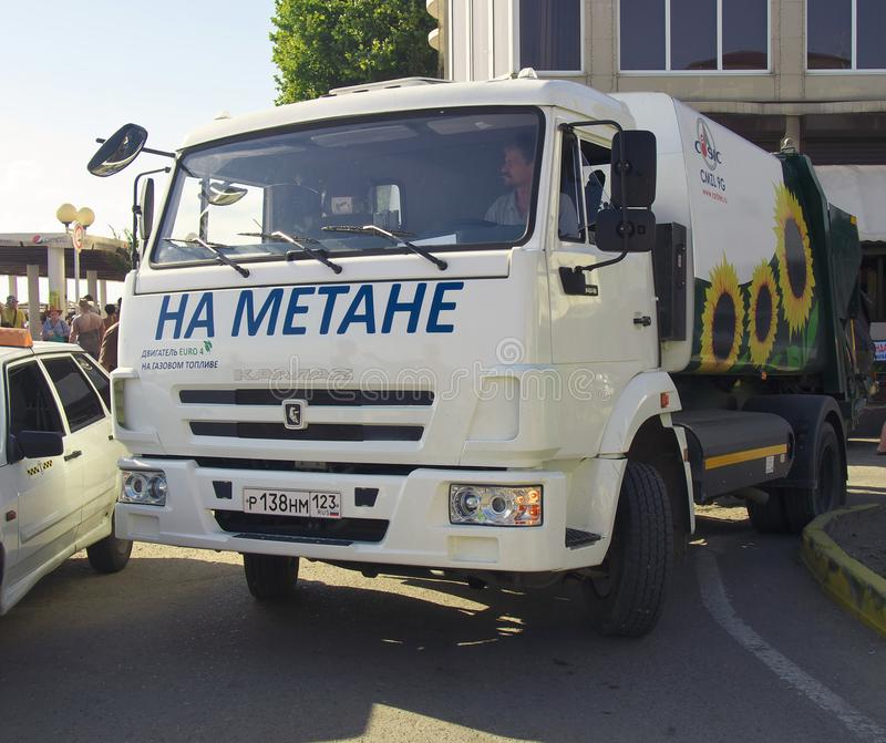 Vrachtwagen voor huisvuilverwijdering, die aan aardgasmethaan werken stock afbeeldingen