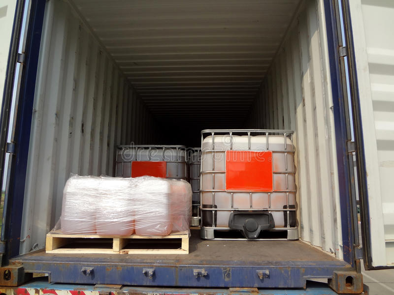 Vrachtwagenaanhangwagen met chemische container stock fotografie