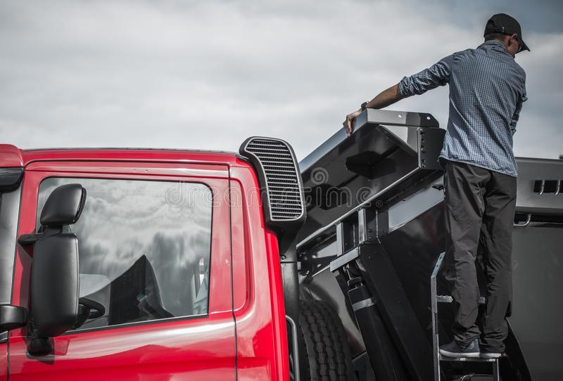 Vrachtwagenchauffeur Checking de Lading stock foto