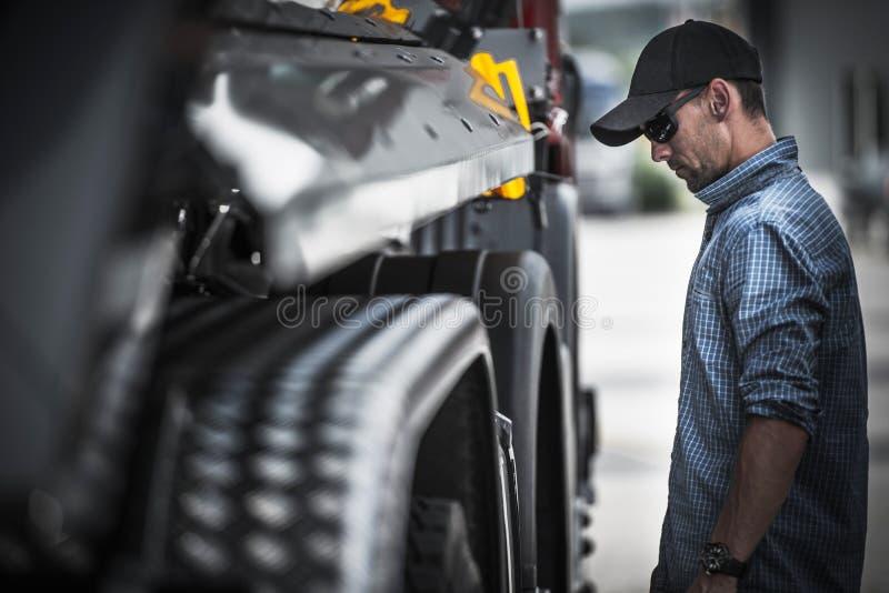 Vrachtwagenchauffeur Load Check royalty-vrije stock foto's