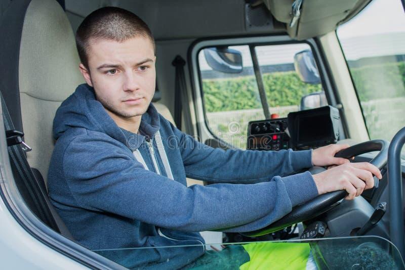 Vrachtwagenchauffeur van het portret de gelukkige jonge huisvuil stock afbeeldingen