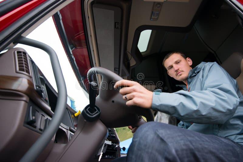 Vrachtwagenchauffeurzitting in cabine van moderne semi vrachtwagen royalty-vrije stock foto's