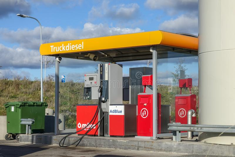 Vrachtwagendiesel, benzinestation stock afbeelding