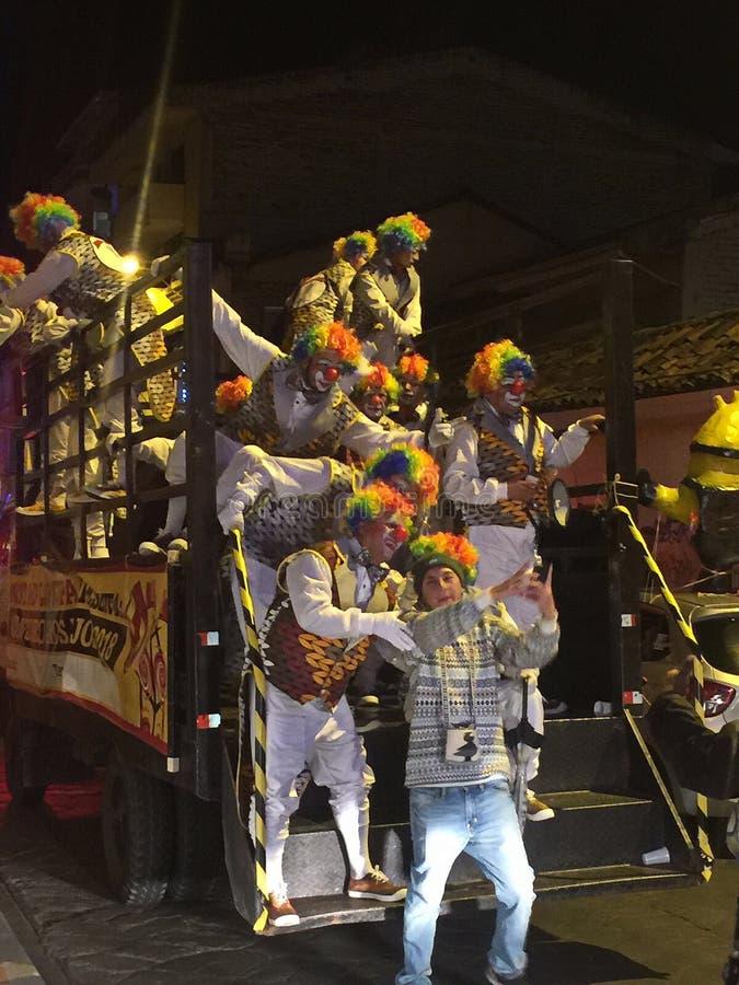 Vrachtwagenhoogtepunt van Clowns tijdens de Nieuwjarenparade in Cuenca Ecuador stock foto