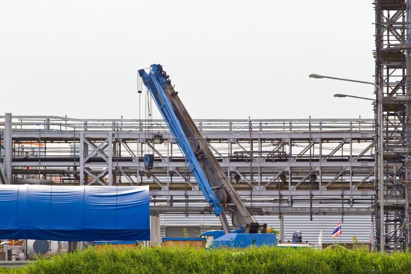 Vrachtwagenkraan die op een bouwwerf zich in aanbouw bevinden stock foto