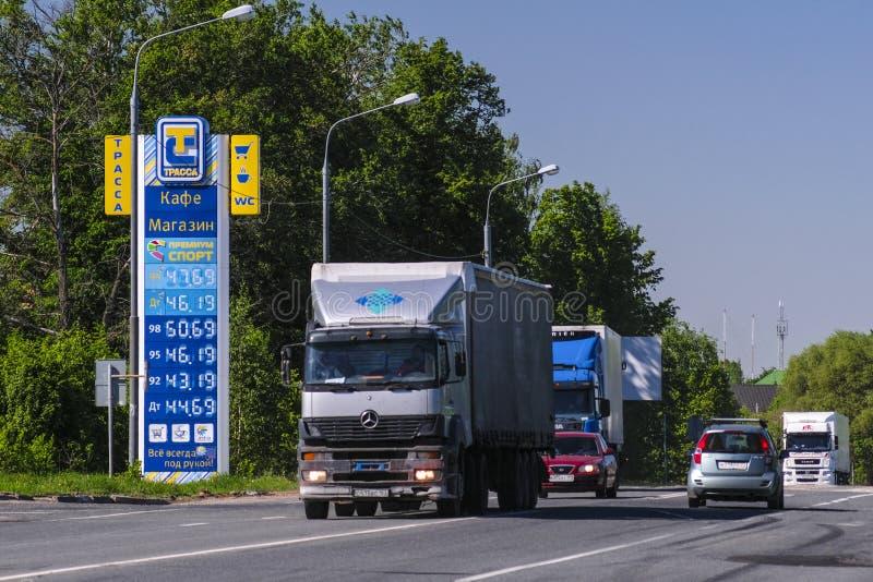 Vrachtwagenpassen door benzinepost stock foto