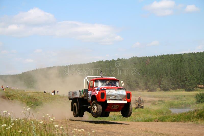Vrachtwagenras in het hele land stock afbeelding