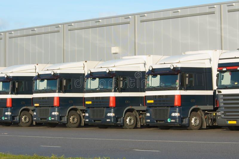 Vrachtwagens bij ladingsdok stock afbeeldingen