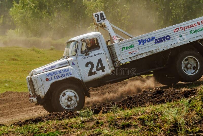 Vrachtwagens die op ongeplaveid spoor rennen stock fotografie