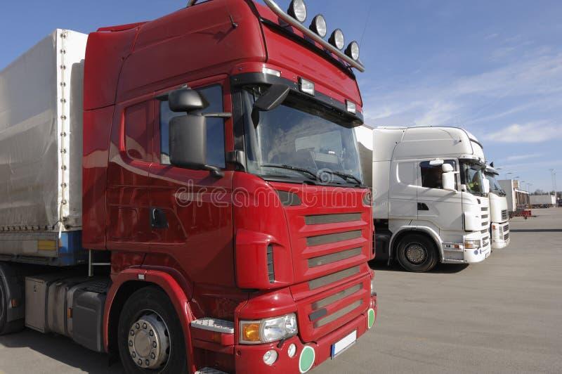 Vrachtwagens die voor lading-dok worden opgesteld royalty-vrije stock afbeeldingen