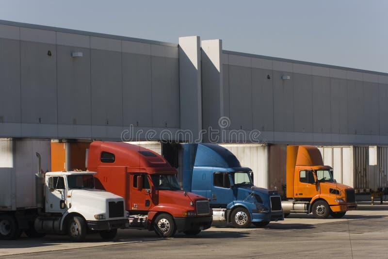 Vrachtwagens in dokken royalty-vrije stock afbeelding